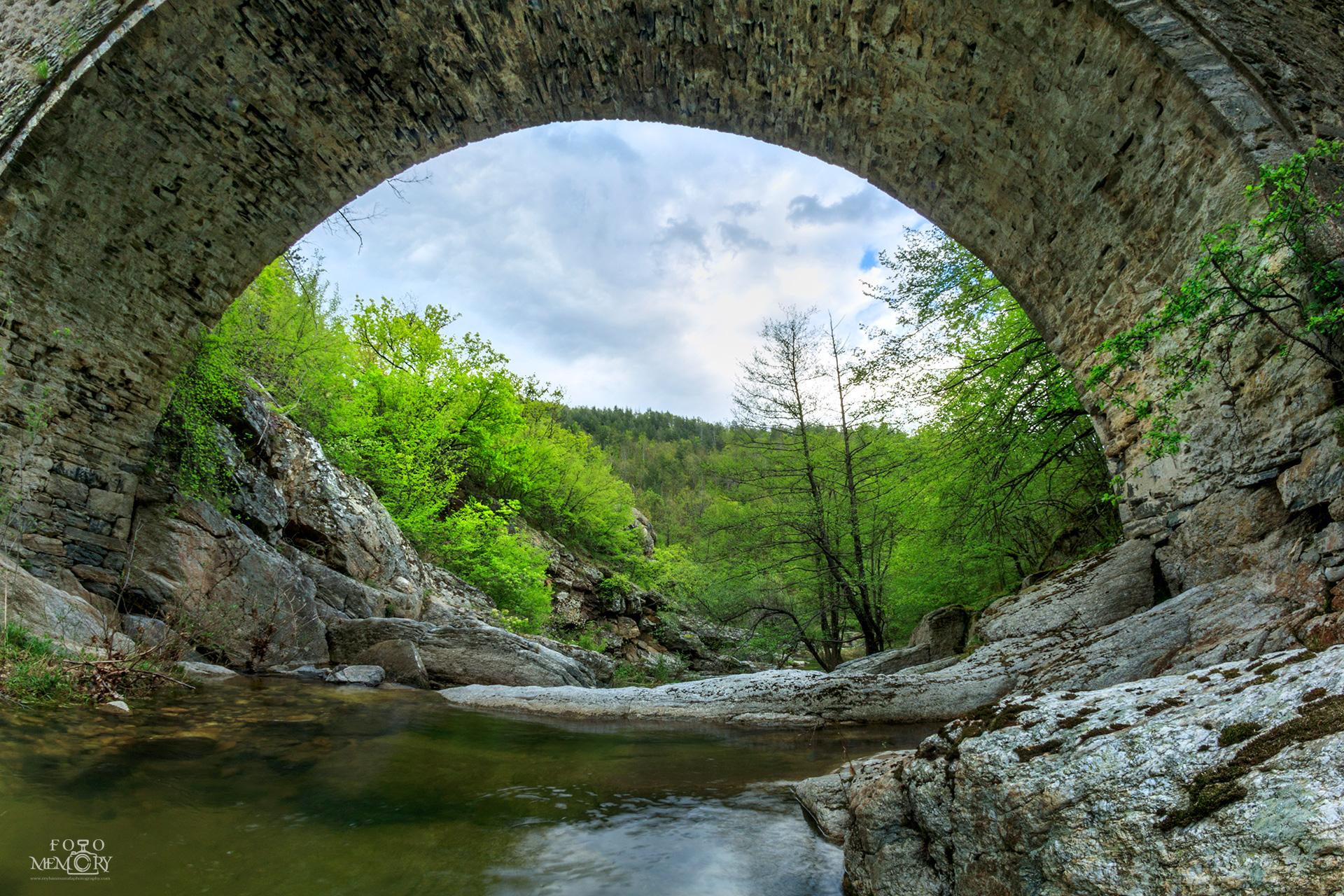 Мостът Дамдере на пролет